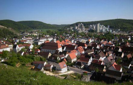 1280px-Schelklingen_-_Stadt_mit_Zementwerk